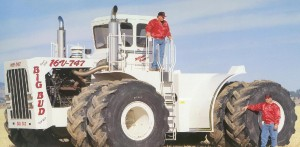 Ámultba ejtő a világ legnagyobb traktora