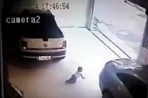 Kisbabára tolatott egy autó, rémisztő felvétel!