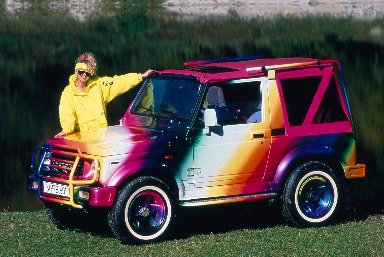 A Mozaiki utcában biztos tökön szúrnák magukat, ha ilyen színű autóval gördülne be valaki a csarnokba. A néni ruhája is tízpontos