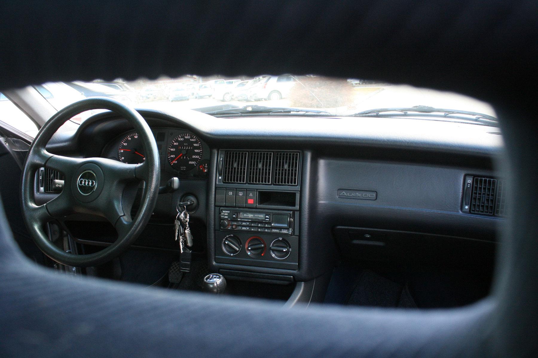 Audis jellegzetesség volt akkoriban a keret alakú fejtámla