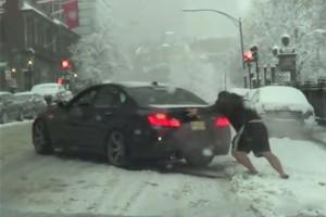Amerikát váratlanul érte a hó, ahogy ezt a BMW-st is