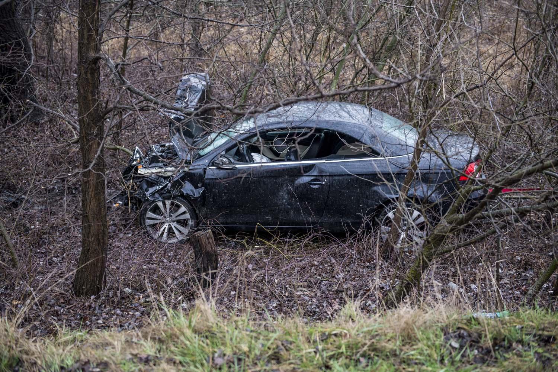 Dunaalmás, 2016. február 19. Összeroncsolódott autó 2016. február 19-én Dunaalmás elõtt, a 10-es fõúton, ahol három személyautó ütközött össze. A balesetben az egyik autóból kizuhant egy ember és a helyszínen életét vesztette. MTI Fotó: Bodnár Boglárka