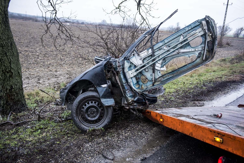 Dunaalmás, 2016. február 19. Egy összeroncsolódott, kettészakadt autó egyik darabját szállítják el 2016. február 19-én Dunaalmás közelében, a 10-es fõútról, ahol három személyautó ütközött össze. A balesetben az egyik autóból kizuhant egy ember és a helyszínen életét vesztette. MTI Fotó: Bodnár Boglárka