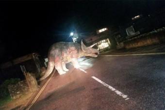 Óriási dinoszaurusz blokkolta a forgalmat