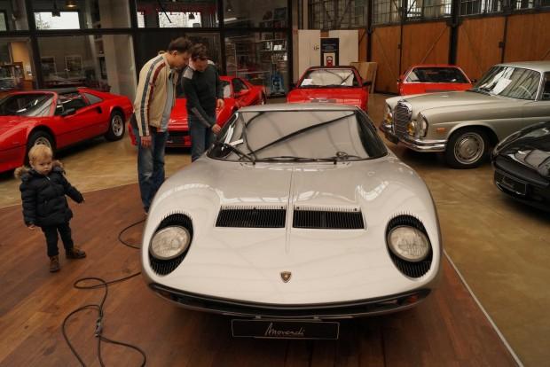 Lamborghini Miurát nézeget a német apuka, aki kisfiával jött el többszázezer eurós családi ezüstöt venni