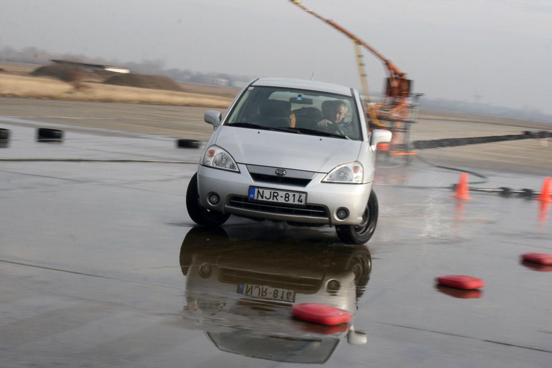 Orrtolásból a legjámborabb autók is át tudnak váltani túlkormányozottságba. Ennek kivédésére kormányozzunk a mgcsúszás irányába!