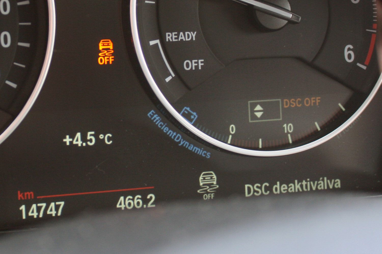 Amíg aktív a DSC-nek hívott menetstabilizálás, az autóval bármit csinálhatunk, kezesbárány marad. A BMW-ethosz azonban más, kiiktatott elektronikával az 1-es megadja a farolásélményt, inkább erőcsúsztatással, mint terhelésváltásra