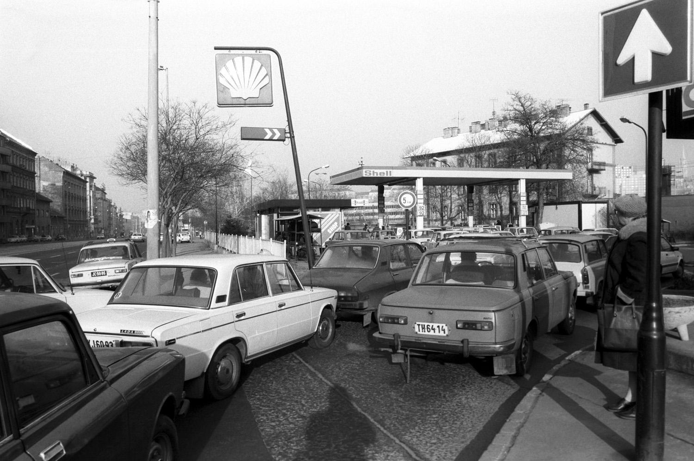 Budapest, 1990. január 6. Hatalmas sor áll az Alkotás utcai Shell kútnál. Az a hír terjedt el, hogy január 8-ától a benzin árát is emelni fogják. MTI Fotó: Krista Gábor