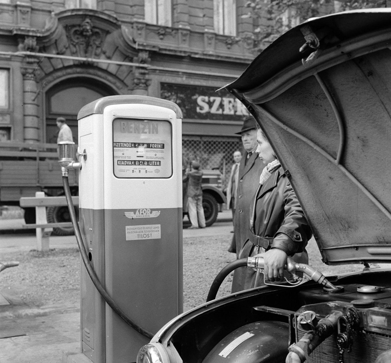 Budapest, 1959. október 19. Nő tankol az autójába a Liszt Ferenc téri ÁFOR benzinkút új teletömlős kútjánál. Az új töltőkút mutatja a kiadott üzemanyag mennyiségét és a fizetendő összeget. MTI Fotó: Bojár Sándor