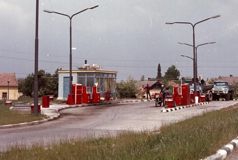 Benzinkút a 11-es út mellett. (Fortepan)