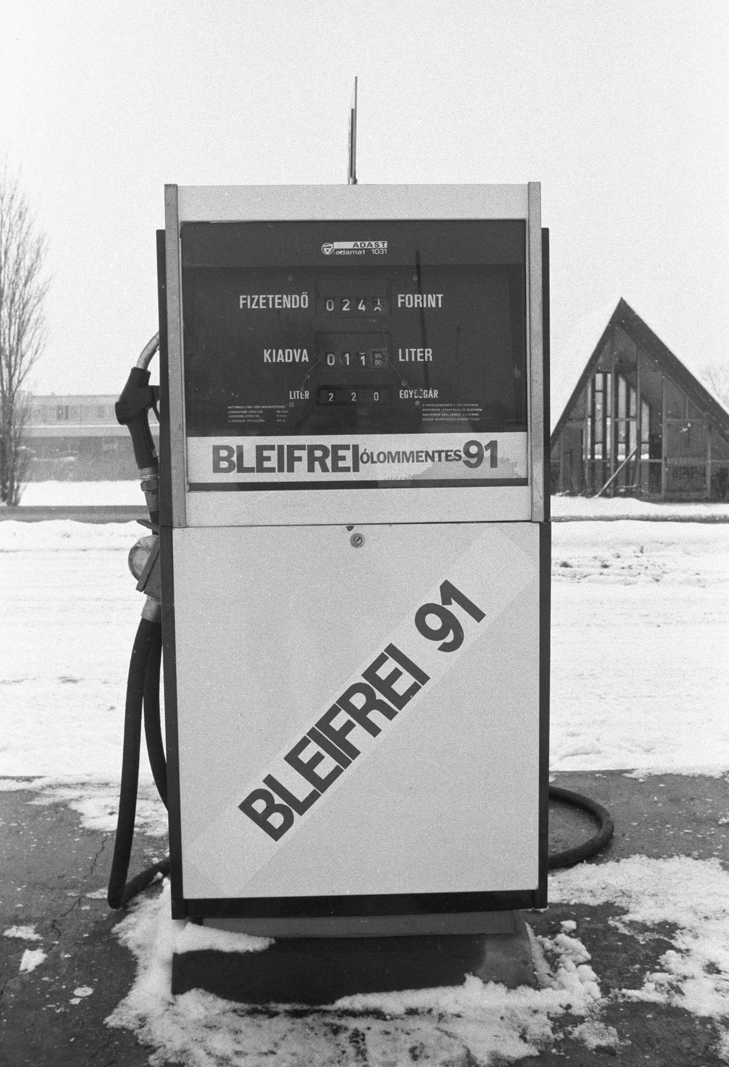 Budaörs, 1986. január 3. Budaörsön, az M7-es autópálya melletti Áfor benzinkútnál már megkezdõdött a hazai ólommentes benzin árusítása. Az Áfor (Ásványolaj-forgalmi Vállalat) tizenegy és az Interág két üzemanyagtöltõ állomása forgalmazza a 91-es oktánszámú ólommentes benzint, ami a Dunai Kõolajipari Vállalatnál készül és mindenben megfelel a szigorú Nyugat-európai elõírásoknak. MTI Fotó: Földi Imre