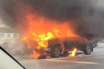 Videón az M0-son kigyulladt teherautó