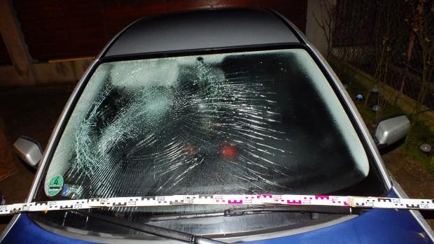 Dühében beverte az autó szélvédőjét