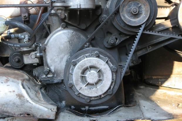 A 850-esen a vezérműlánc a főtengelytől tízóra irányban látható alumínium fedél alatt található. Nem kis munka eljutni hozzá, ráadásul jó, ha megvannak hozzá a megfelelő szerszámok és a tömítések is cserére szorulhatnak