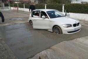 Friss betonba hajtott a BMW-s - Fotók