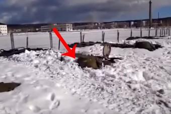 A nap videója - Hó alól tör elő az orosz lánctalpas, takarítani felesleges