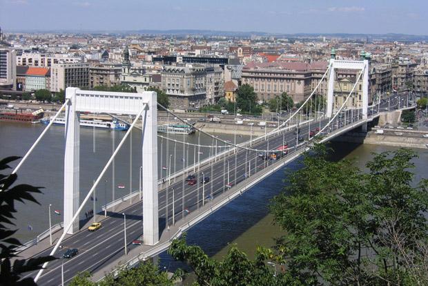 Hétvégén mossák az Erzsébet hidat