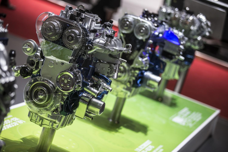 Csak benzinmotorok a Ford genfi kiállítási standján. Ezekben bíznak és a hibrid/elektromos rendszereket fejlesztik, de egyes járműkategóriákban a dízelek továbbra is vezető szerepben maradnak