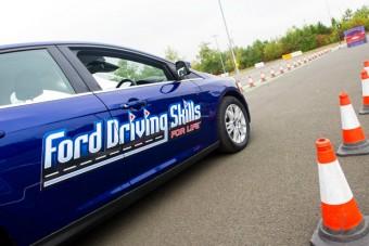 Ingyenes képzést kapnak a fiatal autóvezetők