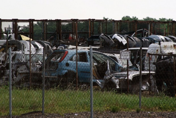 Az itt láthatóhoz hasonló legális autóbontókat nemcsak a környezetvédelmi előírásokra fütyülő feketebontók, de a lopott autókból dolgozó konkurencia is fojtogatja