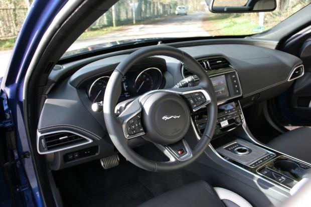Ez a legjobb hely az XE-ben. Ez az autó első-, másod- és harmadsorban is a vezetésről szól