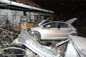Átrepült az árkon, háznak csapódott egy autó Csongrádban, az utas meghalt