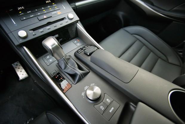 Mindenféle méretű, formájú kapcsolók tömege a Lexusban