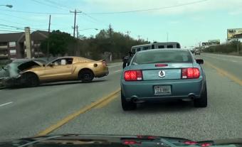 Mustang és Hummer hozta össze a nap balesetét