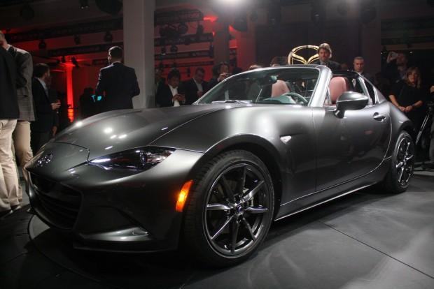 Vezető és csomag nélkül 1015 kilóról indul az MX-5 súlya, tehát 1055 kg körül lehet majd az RF. Lenyűgözően szép az autó. Kicsi, formás, tökéletes arányú sportkocsi