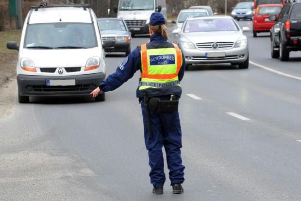 Autót lopott, majd ittasan rohant a rendőrök karjaiba