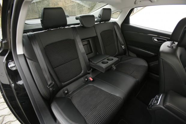 Sofőrös autónak kiváló: a hátsó traktusban lehet terpeszkedni