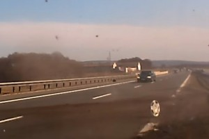 Pokoli videó az autópályán történő defektről