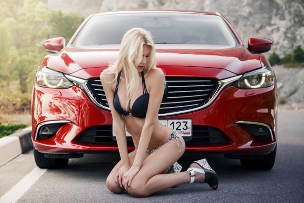 Lengén öltözött hölgyeken, csodás autókon legeltetjük a szemünket