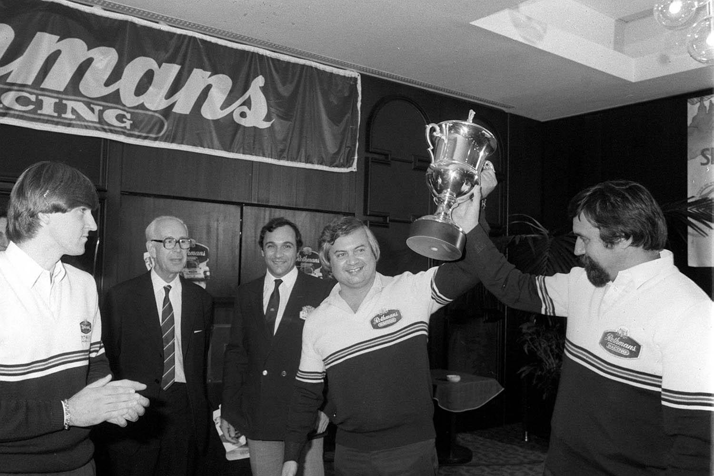 Budapest, 1983. Henry Toivonen sokszoros rally világbajnoki futam-gyõztes, serleget adott át a Ferjáncz-Tandari párosnak, abból az alkalomból, hogy ebben az évben 10. Európa bajnoki futam gyõzelmüket aratták. MTI Fotó: Németh Ferenc