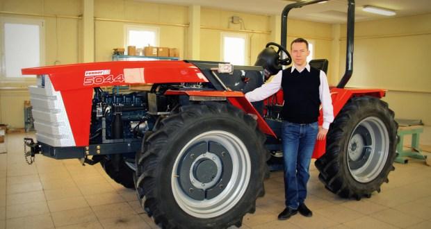 Renner Tamás a cég által tervezett és fejlesztett traktorral / AGRÁRÁGAZAT