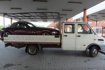 Furgon platóján akarták kicsempészni a lopott BMW-t