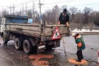 Tragikomikus kézműves útjavítás orosz módra, téglával