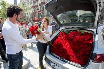 Hány szál rózsa fér egy kompakt kombiba? De tényleg!