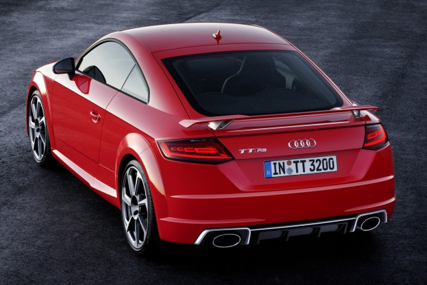 A többi változás szinte mellékes: a hátsó lámpákban organikus diódák (OLED) világítanak, amelyek rendkívül jól szabályozhatók, lencse és reflektor nélkül is kiválóan világítanak, így energia- és helytakarékosak. Az Audi külön fénybalettet programozott a lámpákhoz, amelyen felkapcsolásakor szegmensenként fut végig a fény.