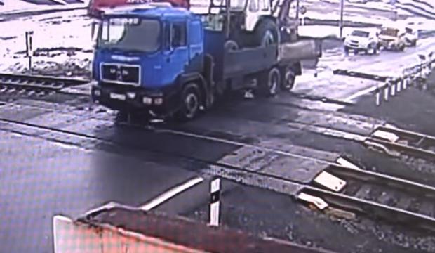 Féktelen orosz kamion horrorhibája a vasúti átjáróban