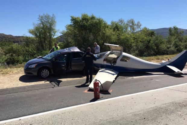 Repülőgép zuhant az autók közé San Diego közelében