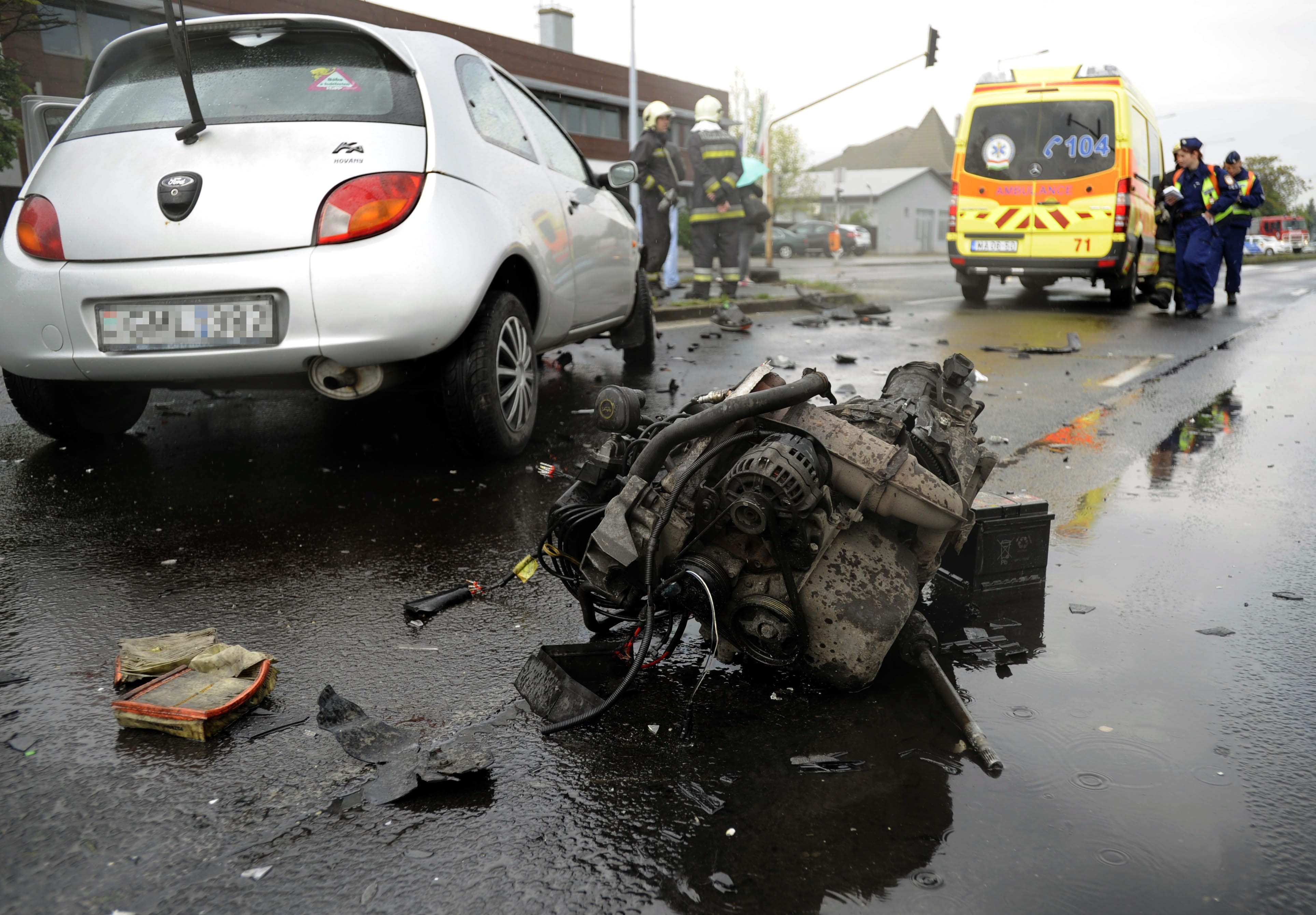 Budapest, 2016. április 27. Összetört személygépkocsi 2016. április 27-én a XXIII. kerületi Grassalkovich úton, ahol két személygépkocsi ütközött. A balesetben személyi sérülés nem történt; az egyik autónak kiszakadt a motorja. MTI Fotó: Mihádák Zoltán