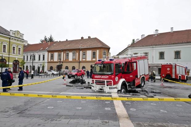 Beszakadt az út egy tűzoltóautó alatt Egerben – fotók