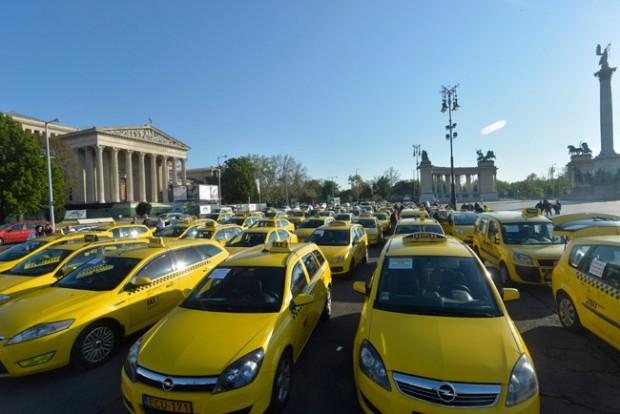 Megbéníthatják a reptér közúti forgalmát a Taxisok