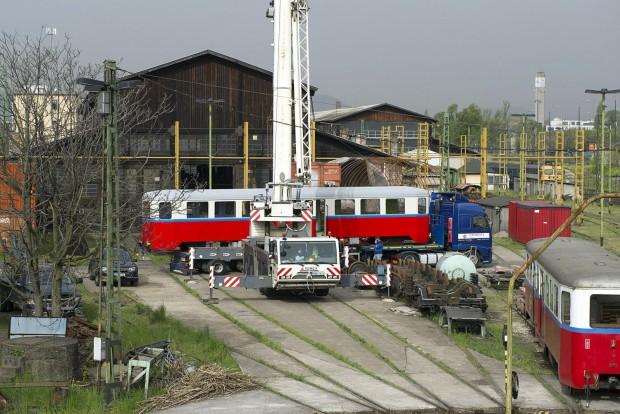Budapest, 2016. április 6. Speciális szállítójármûre emelik a hûvösvölgyi gyermekvasút felújított BAW sorozatú személykocsiját a MÁV fõvárosi XIV. kerületi Dózsa György úti javítómûhelyében 2016. április 6-án. A 66 éves, 10 tonnás, 16 méter hosszú kocsit, amelyet a Ganz Gépgyárban 1950-ben készítettek, daruval emelik a szintén felújított forgózsámolyokra a gyermekvasút hûvösvölgyi végállomásán. MTI Fotó: Lakatos Péter