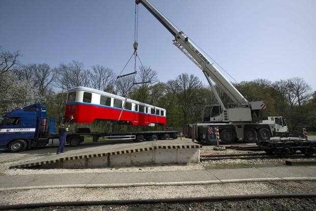 Budapest, 2016. április 6. A hûvösvölgyi gyermekvasút felújított BAW sorozatú személykocsiját daruval emelik a kerekeire a gyermekvasút hûvösvölgyi végállomásán 2016. április 6-án. A 66 éves, 10 tonnás, 16 méter hosszú kocsit, amelyet a Ganz Gépgyárban 1950-ben készítettek, a MÁV fõvárosi XIV. kerületi Dózsa György úti javítómûhelyében újították fel. MTI Fotó: Lakatos Péter