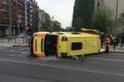 Felborult egy mentőautó Angyalföldön
