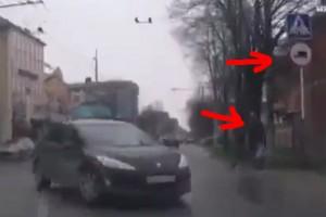 Tábla csapott le gyalogosra a kabarészerű balesetben