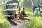Tengelyig érő sárral küzd a GAZ-66, vajon megmenekül?