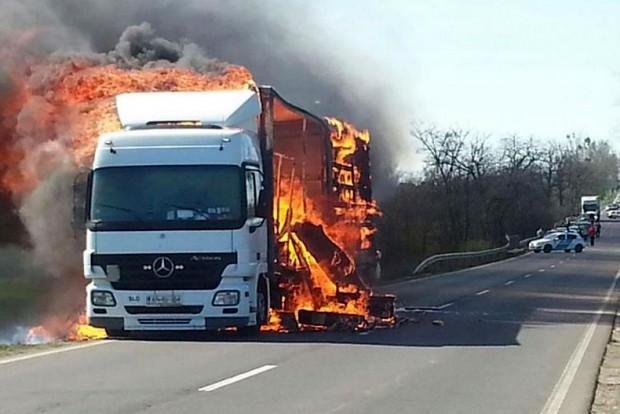 Így lángolt a kamion 37-es úton